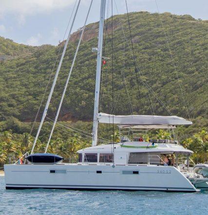 catamaran_amazing_blues_anchored-e1489681545480