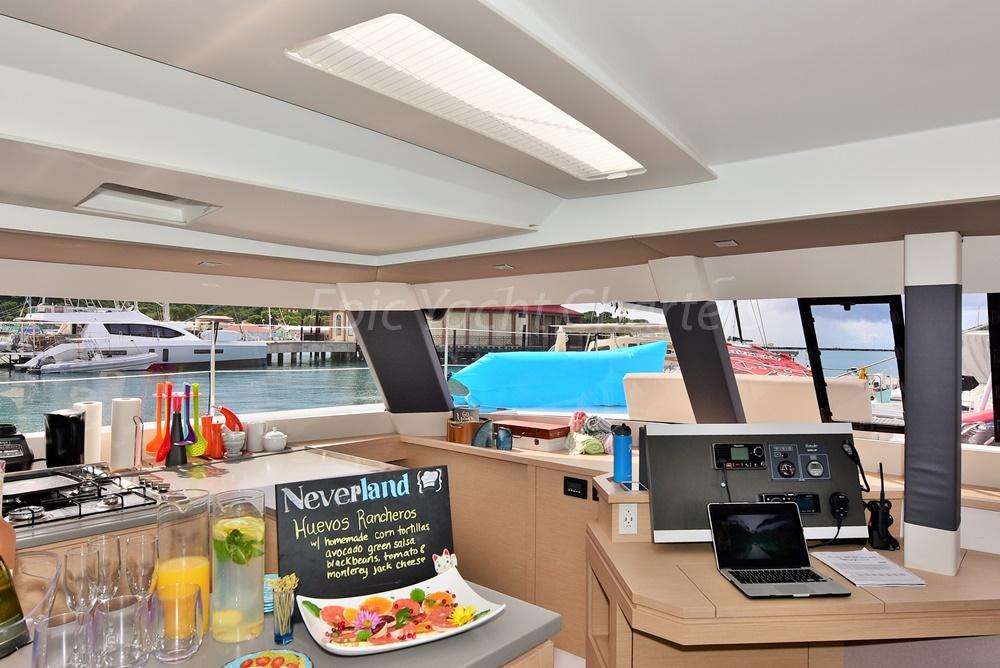 catamaran_neverland_salon_light-1