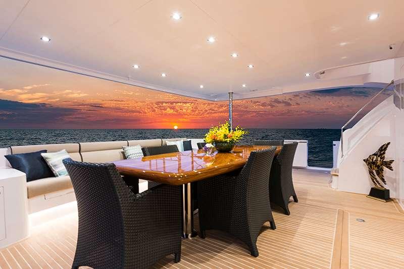 power_catamaran_seaglass_aftdeck_dining