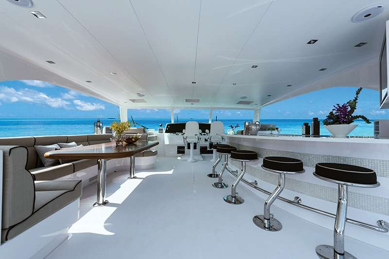 power_catamaran_seaglass_flybridge_dining
