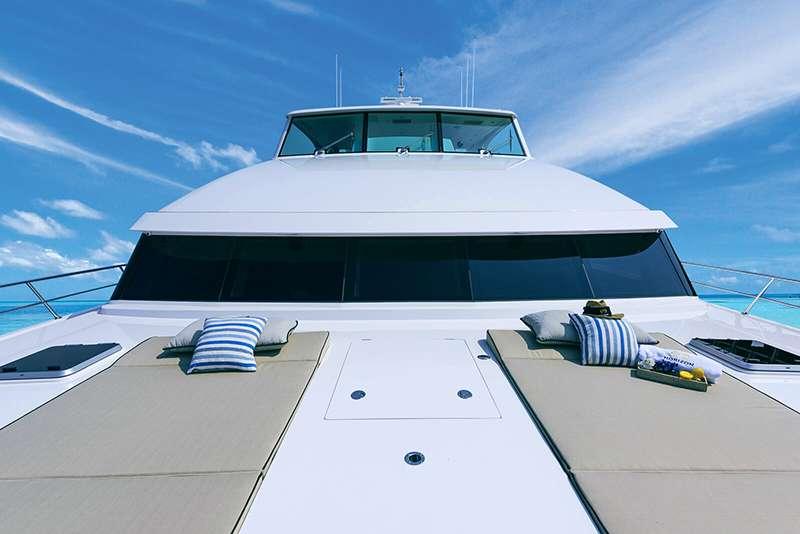 power_catamaran_seaglass_foredeck_lounge