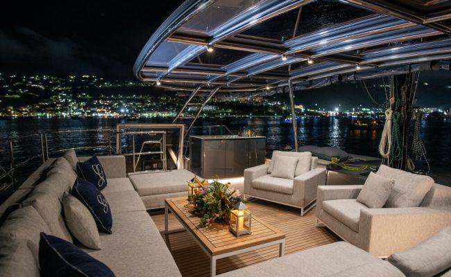 Catamaran_Gracious_skylounge_night
