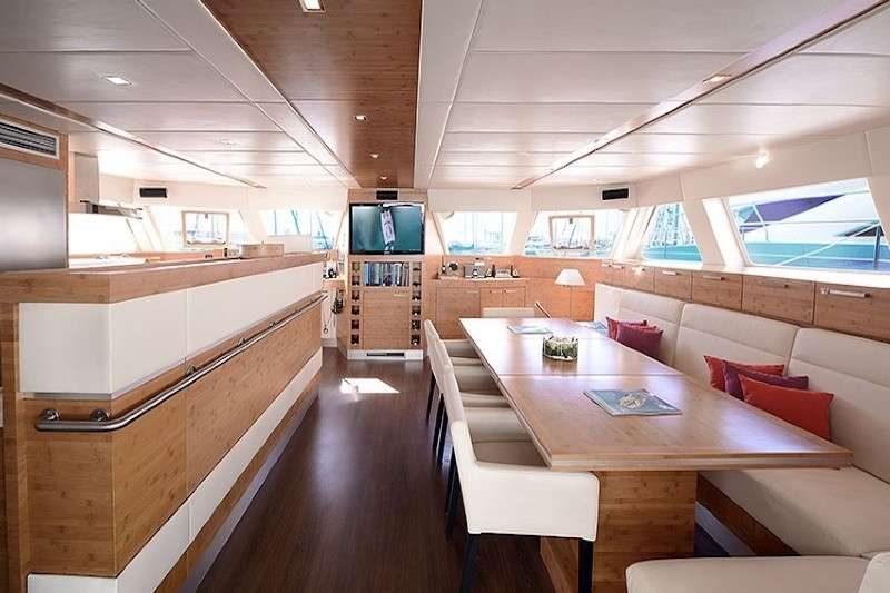 catamaran_excess_salon