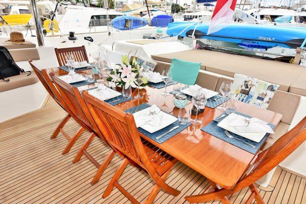 catamaran_lir_cockpit_dining