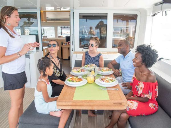 catamaran_oui_cheri_cockpit_dining