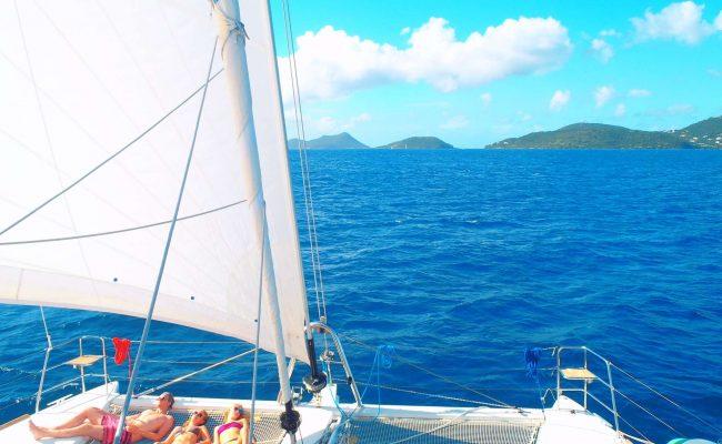 catamarn_azulia_foredeck_sailing