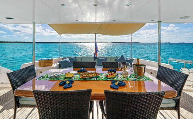 power_catamaran_indigo_cockpit_dining