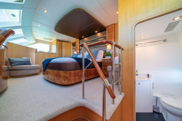 power_catamaran_indigo_master_stateroom_restroom